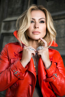 Anastacia – Single Caught in the Middle – Anastacia startet mit neuer Single durch – Anastacia – Statement-Ring