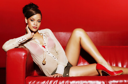 Rihanna – Fotoshootings für The Sunday Mirror Magazine – Bequeme Pose, sexy Look – Rihanna – Kette
