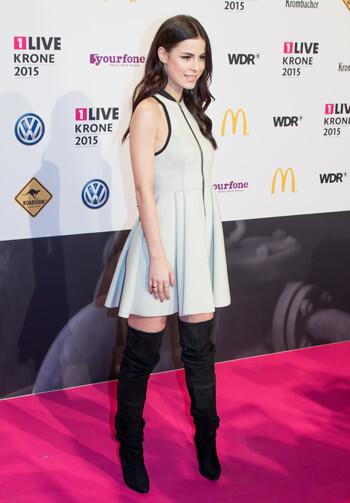 Lena Meyer-Landrut - weißes Kleid & Overknee-Stiefel bei