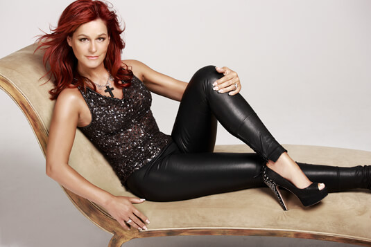 Andrea Berg beim Fotoshooting für das Album Abenteuer – Ganz in Schwarz – Andrea Berg – Kette