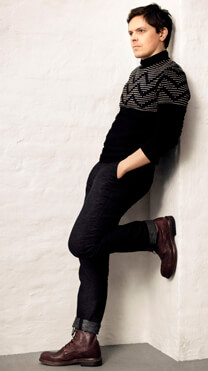 Michael Patrick Kelly beim Fotoshooting für ID – Nachdenklicher Blick – Michael Patrick Kelly – Pullover